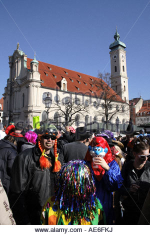 fasching-in-munich-at-viktualienmarkt-bavaria-germany-photo-by-willy-ae6fkj