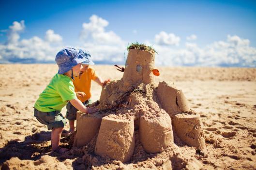 kids-building-big-sandcastle