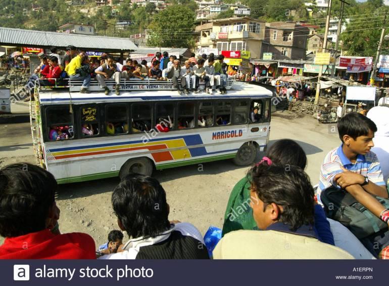 chaos-am-busbahnhof-kullu-massen-auf-dach-der-uberfullte-bus-indien-reisen-a1erpn